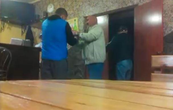 П'яний та недекватний начальник поліції увірвався озброєним в бар: люди шоковані його поведінкою