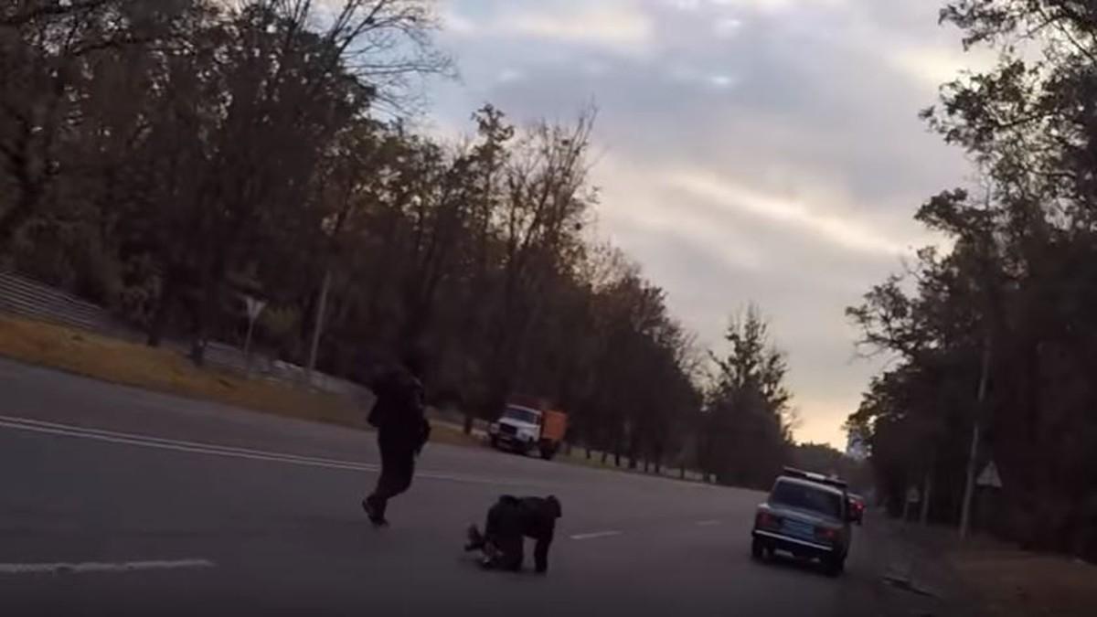 Перелякані українські поліцейські біжать з хабарем в руках і ось реакція їхнього начальника (відео)