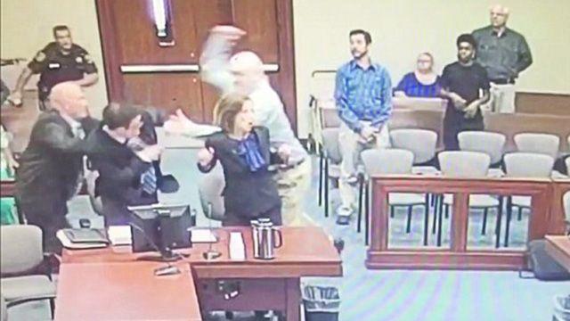 Приголомшливі кадри: на відео потрапила спроба педофіла вбити прокурора в залі суду (відео)