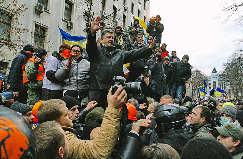 f5dba54---kyiv-post--avel--odufalov--.-etr--oroshenko--v-to-vremja-deputat--pytaetsja-uspokoit--protestujuschikh-rjadom-s--dministratsiej--rezidenta-1-dekabrja-2013-goda