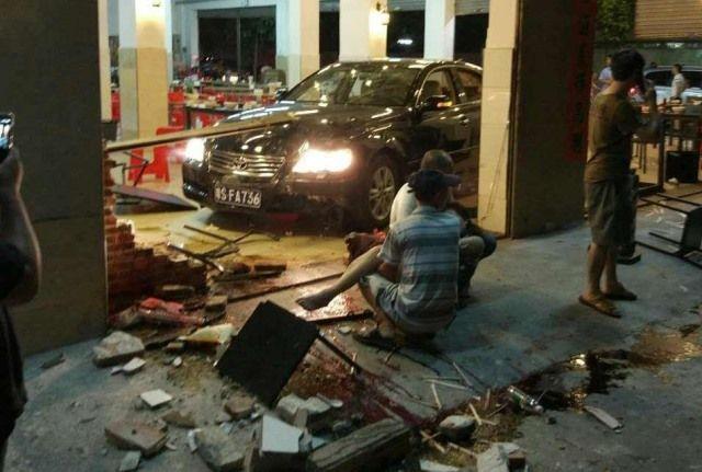 П'яний чиновник на машині влетів в переповнений ресторан (фото 18+)