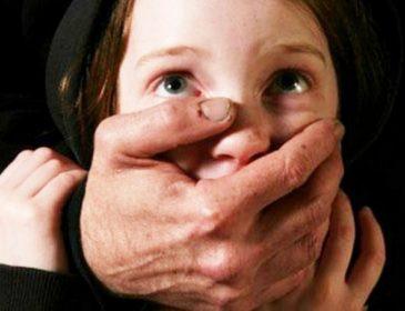 Педофіл регулярно гвалтував дитину, знімаючи все на камеру