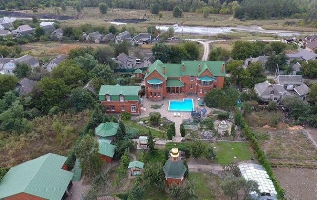 """Розкішні маєтки, декілька квартир і навіть особиста церква – все це належить """"скромній"""" судді (фото, відео)"""