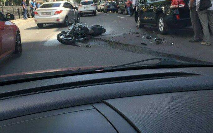 Мотоцикліст спровокував масштабну аварію в Києві