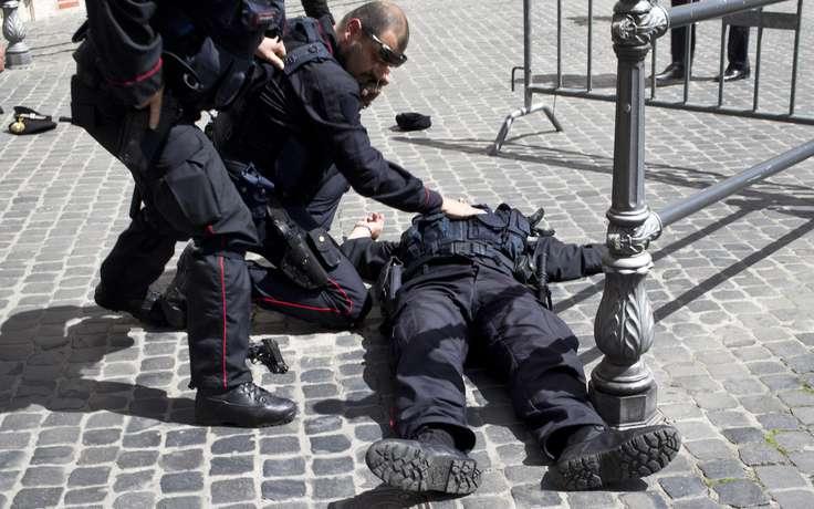Чоловік напав на поліцейського з ножем посеред білого дня