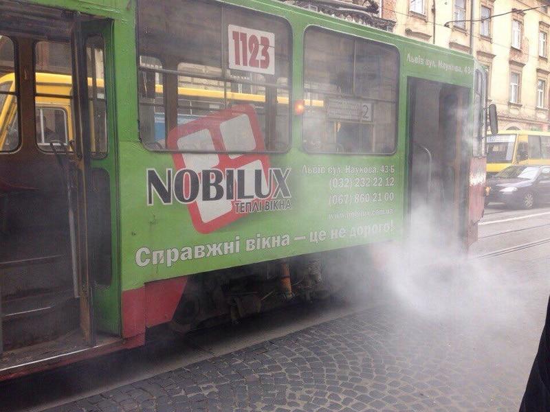 Прямо на ходу: у Львові горів трамвай з пасажирами. Опубліковані фото