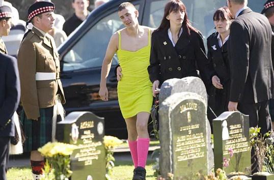 Солдат прийшов на похорон товариша в сукні, але ніхто не сміявся, і ось чому…