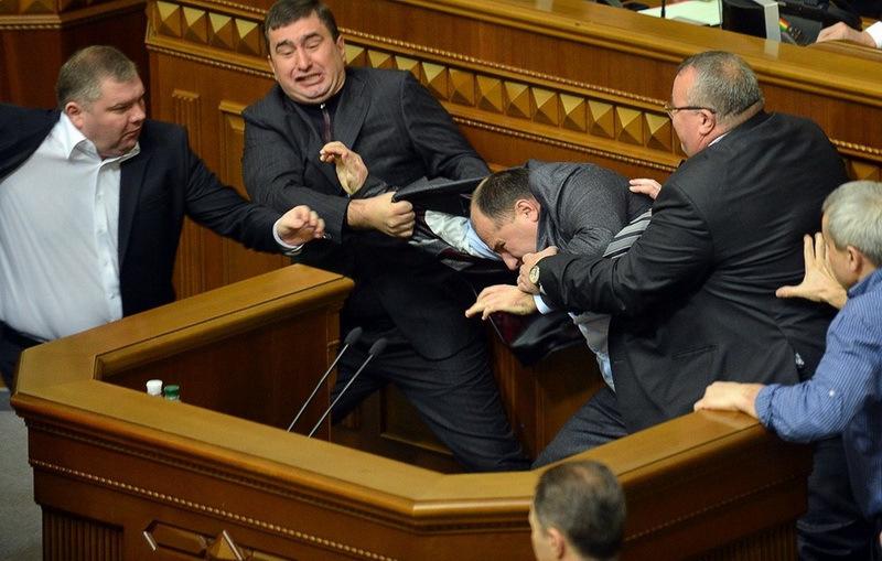 """""""Екватор"""" Верховної Ради: скандали, прогули та жінки. Чим запам'ятались українцям наші депутати"""