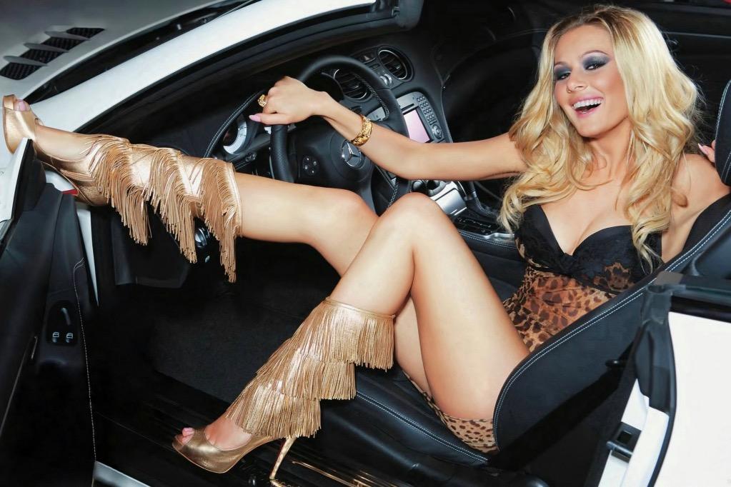 Засмоктала прямо на капоті машини: вульгарна поведінка відомої депутатки підірвала всю мережу (фото)