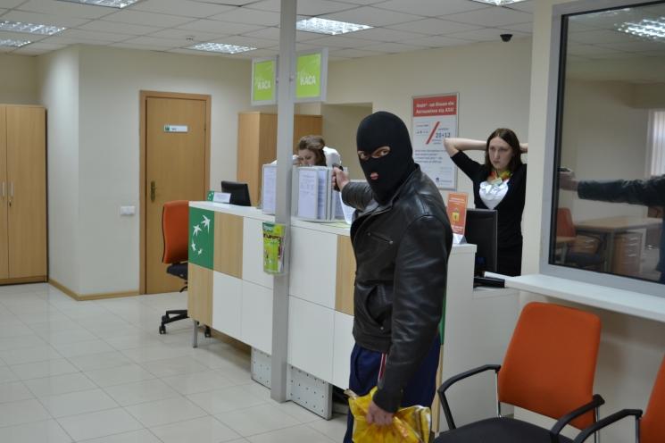 Народ в паніці: хакери обікрали 20 тисяч рахунків у банку – люди не знають що робити
