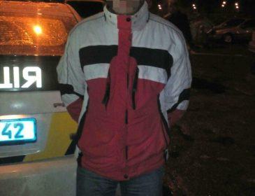 У Києві чоловік побив та пограбував перехожу