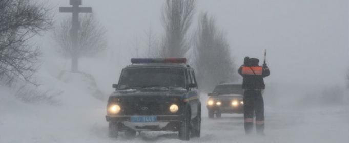 """Негода в Україні: автомобілі в кюветі, застрягла """"швидка"""", повалені дерева"""