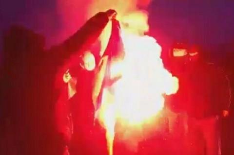 """У Польщі під час """"Маршу незалежності"""" активісти спалили прапор України"""