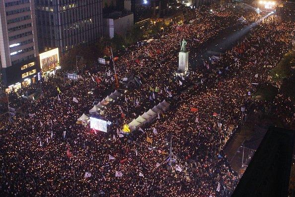 Масовий протест: близько 50 тисяч людей потребують відставки президента