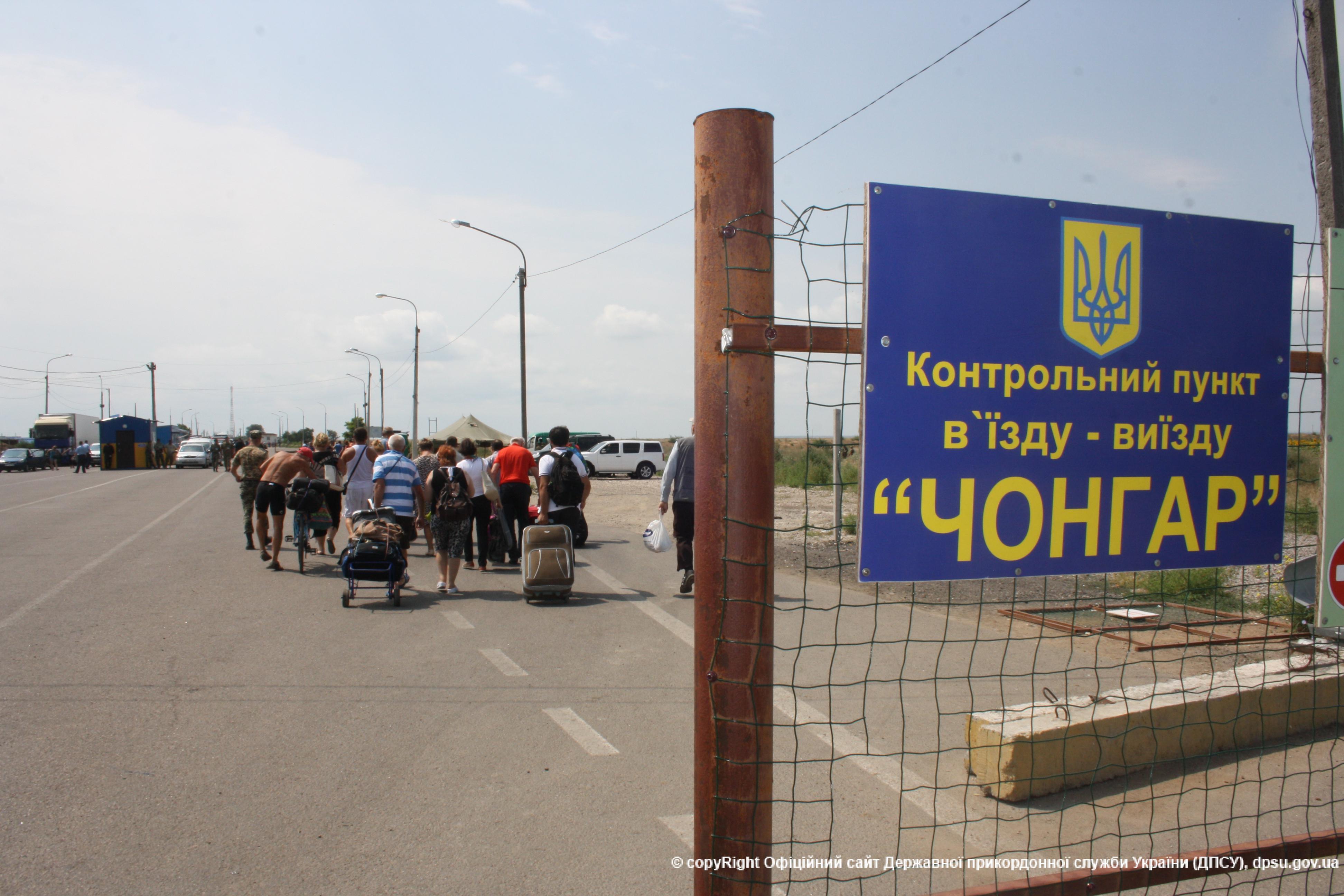 Прикордонники не пропустили через адмінмежу 10 таджиків, один з яких запропонував хабар