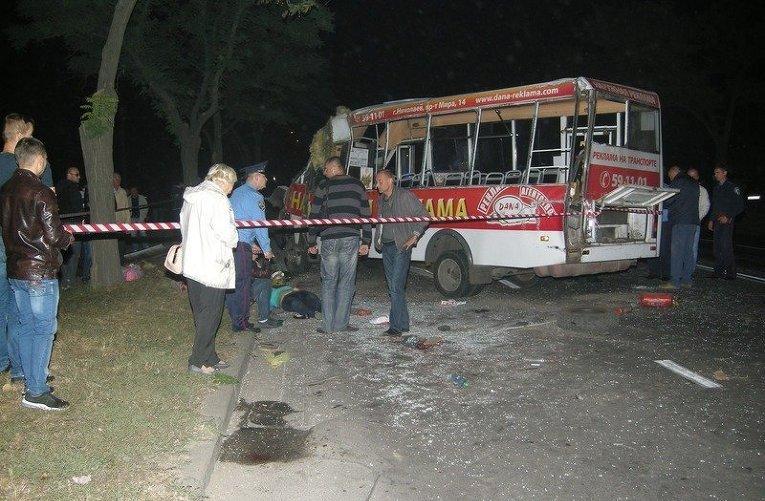 Трагедія у Львові: маршрутка повна людей врізалась в стовп (фото)