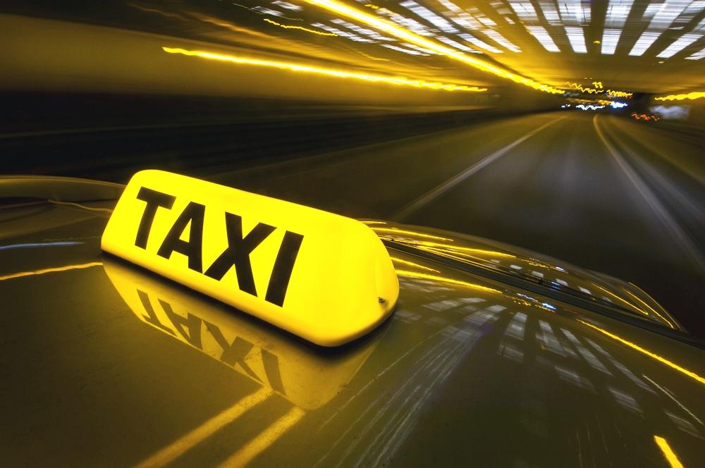 Підвіз: жінка мусила відсуджувати у водія таксі свої ґаджети