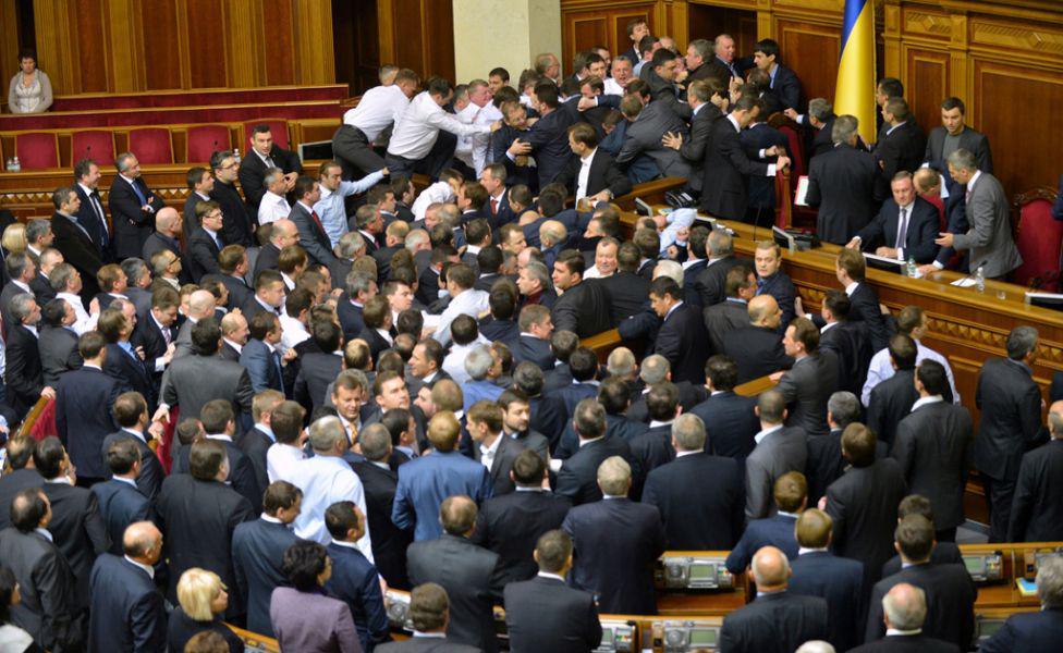 Депутатів також «душать»: з'явилося відео бійки відомих чиновників (ВІДЕО). Такого ви ще не бачили!