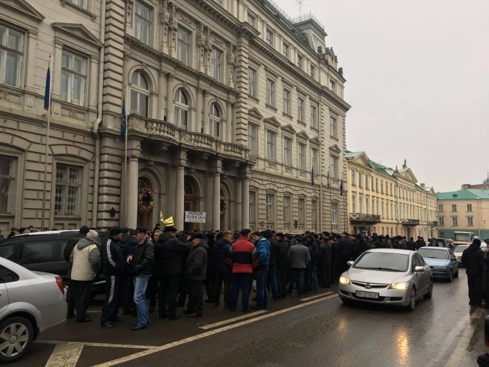У Львові пікетують (ФОТО): екс-працівники міліції перекрили дорогу