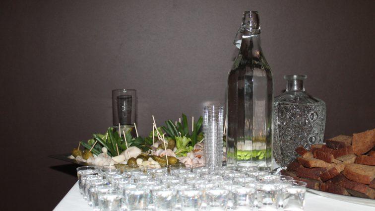 Поліцейські-самогонники з Тернопільщини розводили спирт у ванній