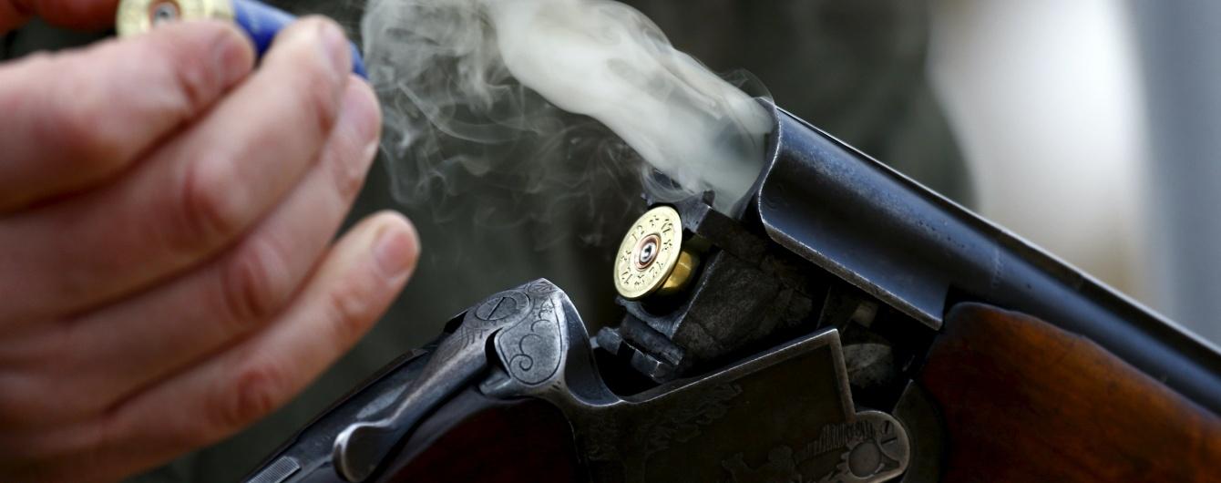 Неадекватний чоловік обстріляв поліцейських і застрелився