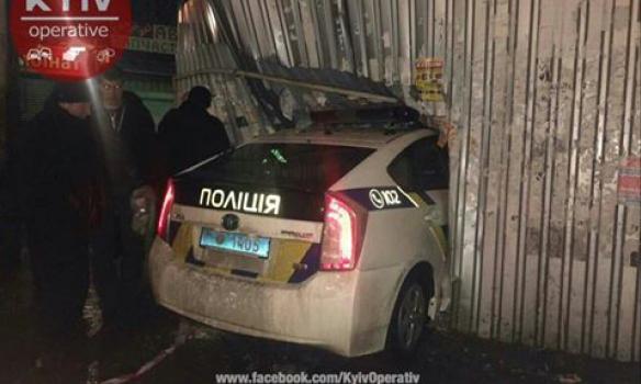 Коли вони навчаться їздити: поліцейські у Києві розтрощили кіоск (ФОТО)