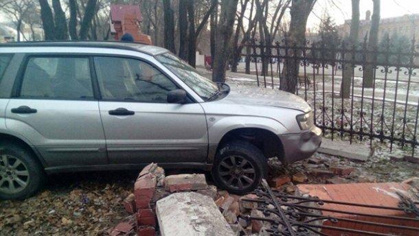В Одесі п'яний чоловік розтрощив паркан Військової академії та ще й на чужому авто