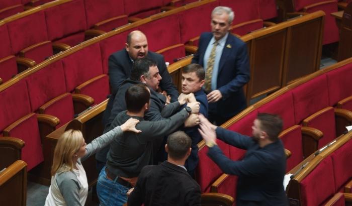 Як українські депутати побилися на засіданні Верховної Ради