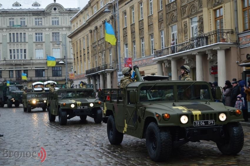Марш захисників України (ФОТО, ВІДЕО): військові, добровольці, волонтери і техніка у центрі Львова