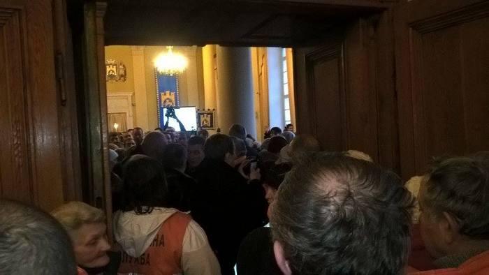 Повний хаос у Львівській міськраді: сотні людей прийшли до Садового (ФОТО)