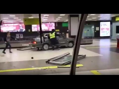 Оце справді без гальм: водій протаранив аеропорт і був побитий поліцейськими (ВІДЕО +18). Увага, ненормативна лексика!