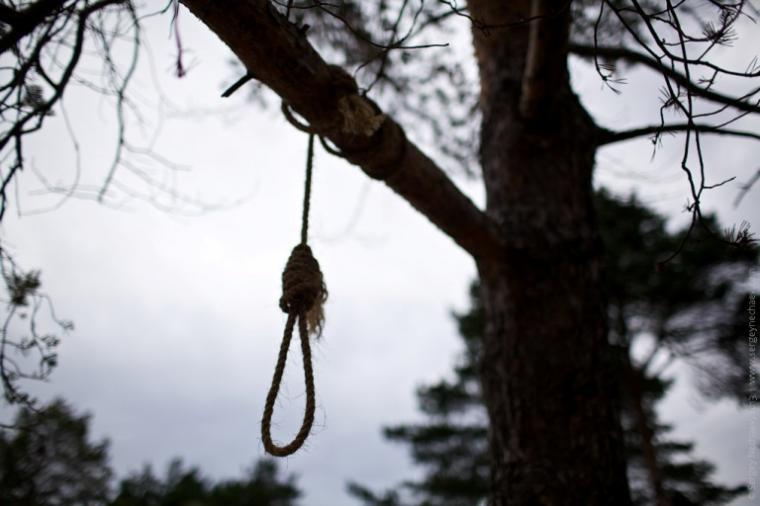 «Не зміг змиритися зі смертю дитини»: на Рівненщині 32-річний чоловік повісився біля могили двомісячного сина
