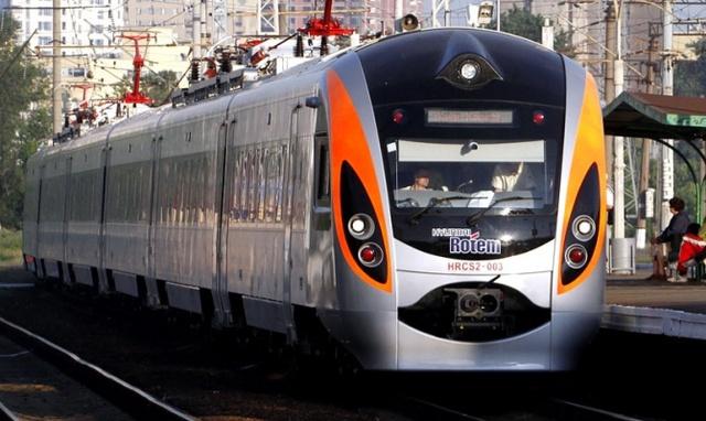 """""""Це Україна, дитинко"""": поїзд Інтер-сіті застряг з дітьми посеред поля. Пасажири перелякані і замерзають"""