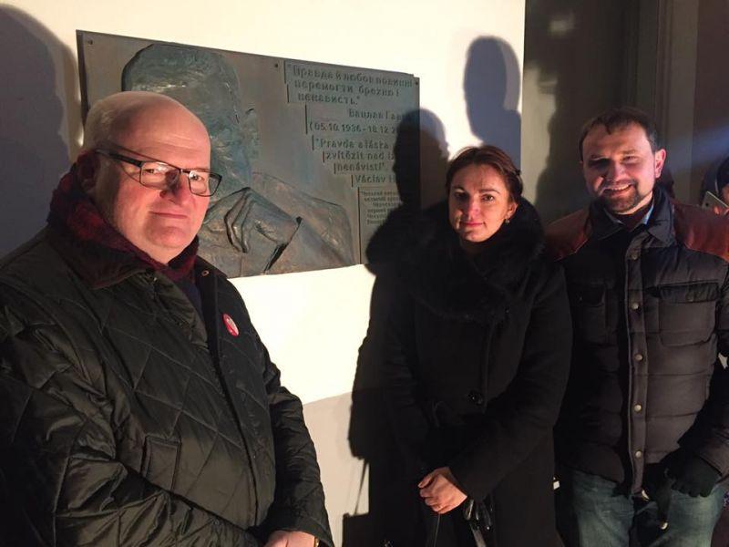 Їм треба добренько дати по руках: вандали у Києві зруйнували меморіальну дошку першому президенту Чехії (ФОТО)