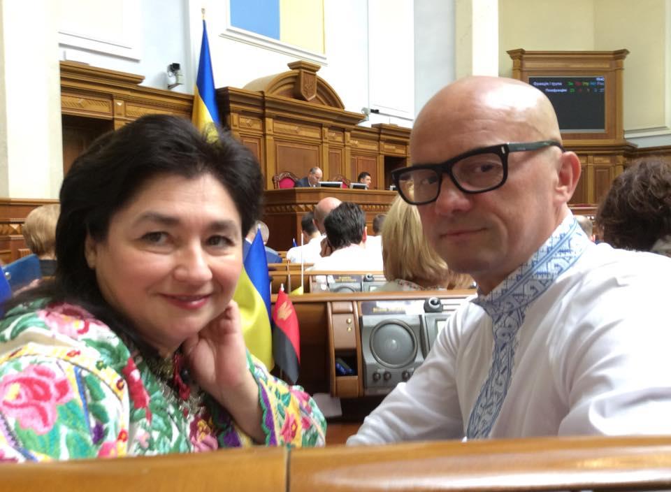 """""""У когось пістолет, а хтось хворий на голову"""": нардеп іронічно висловився про українські колядки"""