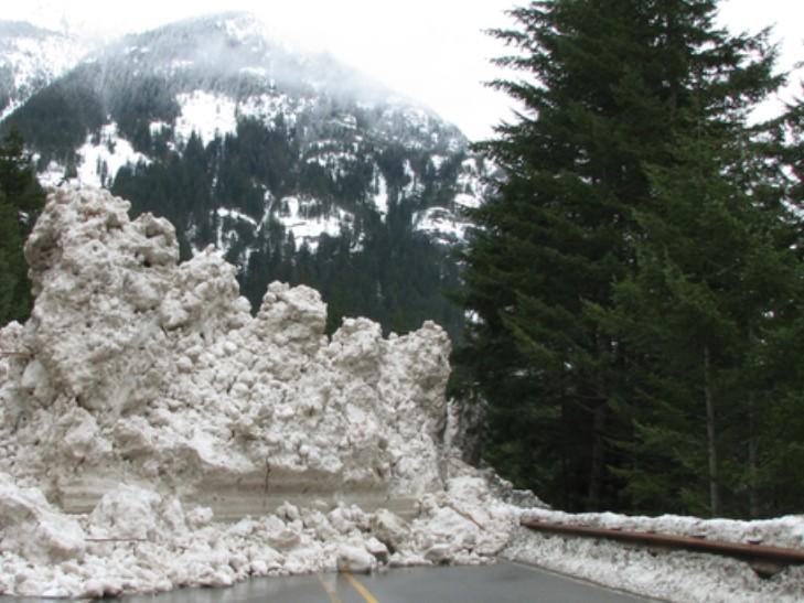 На це моторошно дивитися: на Україні лавина засипала всю дорогу
