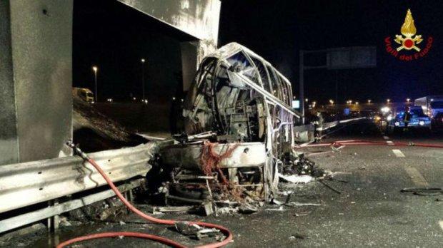 На це боляче дивитися: в Італії автобус з дітьми розбився і згорів вщент. Загиблих та постраждалих десятки (ФОТО, ВІДЕО)