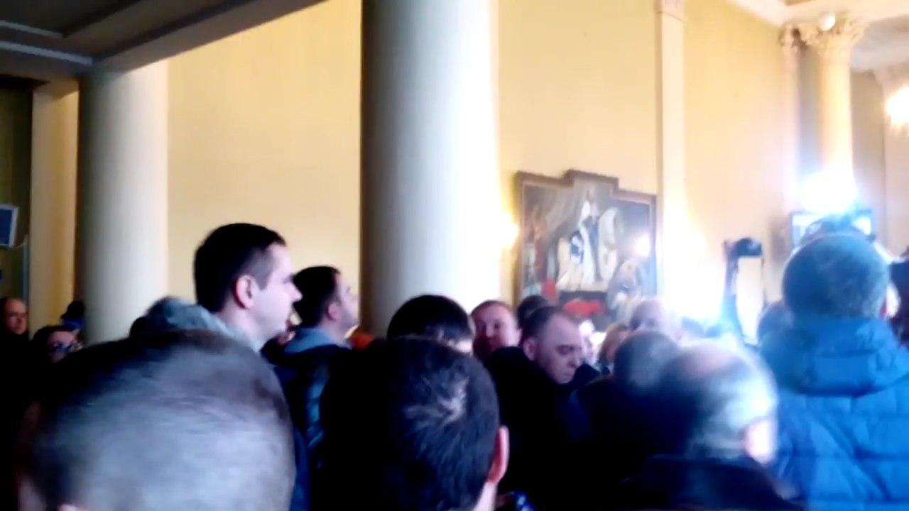 Це в голові не вкладається: у львівській міській раді влаштували жорстоку бійку (відео)