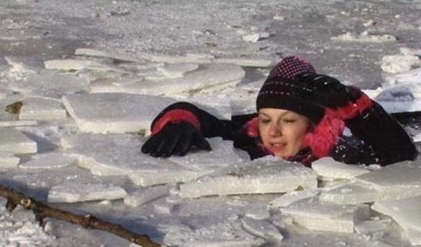 Перехожі врятували з-під криги двох жінок і дитину на Дніпропетровщині