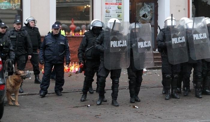 Закидали поліцейських пляшками: мотороше вбивство у кафе викликало хвилю обурення у жителів