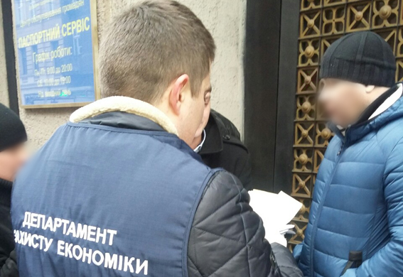 Чиновник львівської Держпотребслужби шантажував власника автосервісу