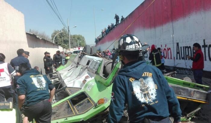 Десятки постраждалих вирізали зі сплющенного автобуса в Мексиці