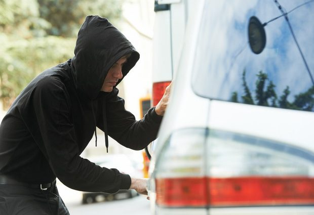 Біля Львова зловмисники зупинили і пограбували водія машини