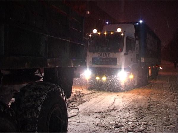 Рятувальники визволили зі снігової пастки 4 вантажівки та тролейбус