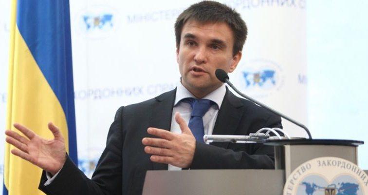 Клімкін засудив вандалізм на польському меморіалі на Львівщині