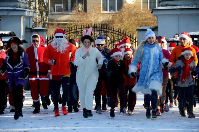 Тигрики, зайчики та ялиночки: у Львові відбувся святковий забіг Санта-Клаусів (ФОТО, ВІДЕО)