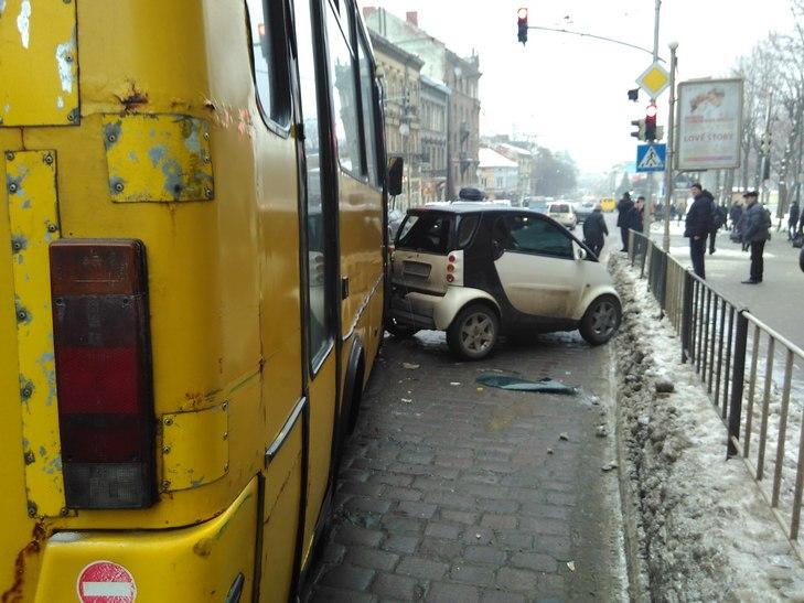 У центрі Львова трапиляся кривава ДТП – машина машина розлетілася по дорозі (фото,відео)