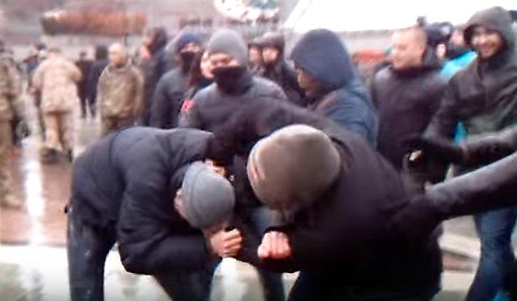 Терміново: у Львові масова бійка, націоналісти побили білоруських туристів (ВІДЕО)