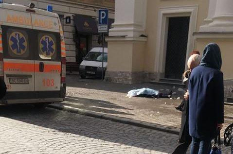 Будьте максимально обережними! У Львові крижана брила з даху церкви вбила жінку
