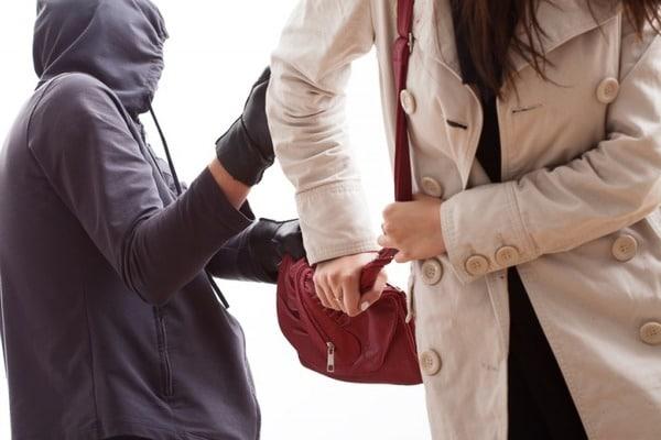 У Києві посеред вулиці грабіжник напав на жінку, яка йшла на роботу (фото)